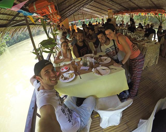 Comiendo en el barco por el rio Loboc, de las mejores experiencias que hacer en Filipinas