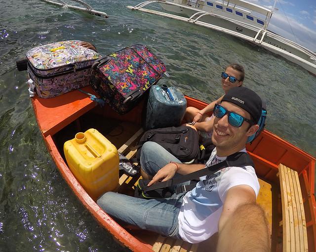 Cruzando el mar, en barca, con las maletas a cuestas