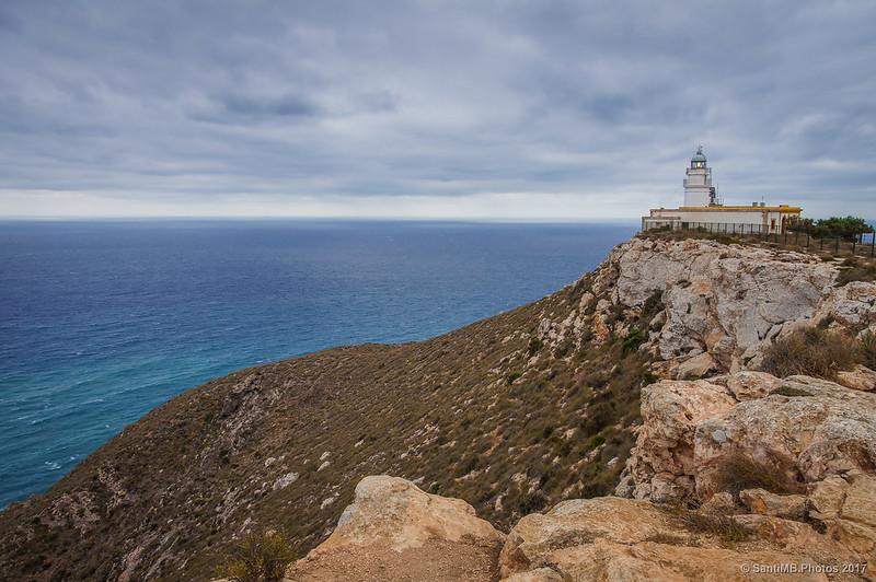 El Faro de Mesa Roldán desde el acantilado de Cala Castillo