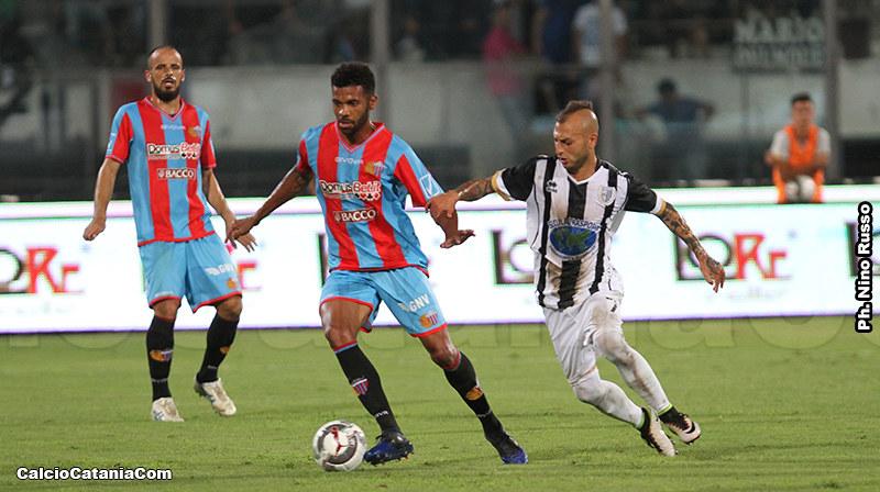 Da Silva in azione contro la Sicula Leonzio nella gara di Coppa Italia