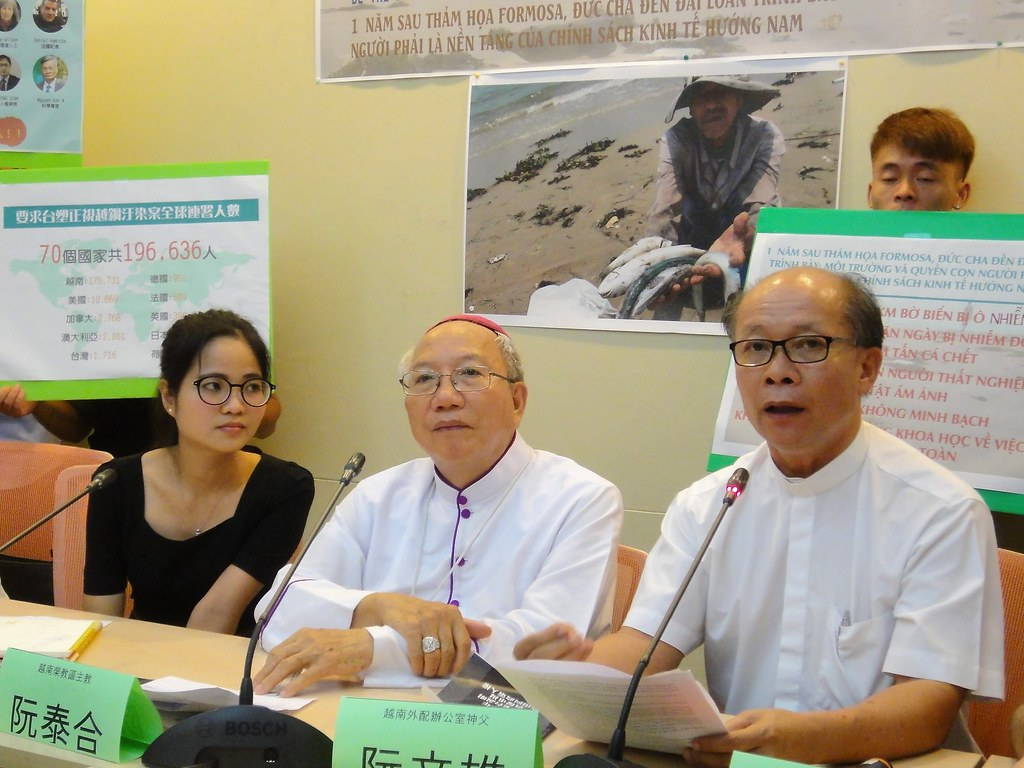 越南榮教區主教阮泰合(中)來台說明台塑越鋼污染現狀。(攝影:張智琦)