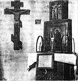 Святой угол в келии Затворника. Усвятых икон видны вериги, которые при жизни носил преподобный Иоанн