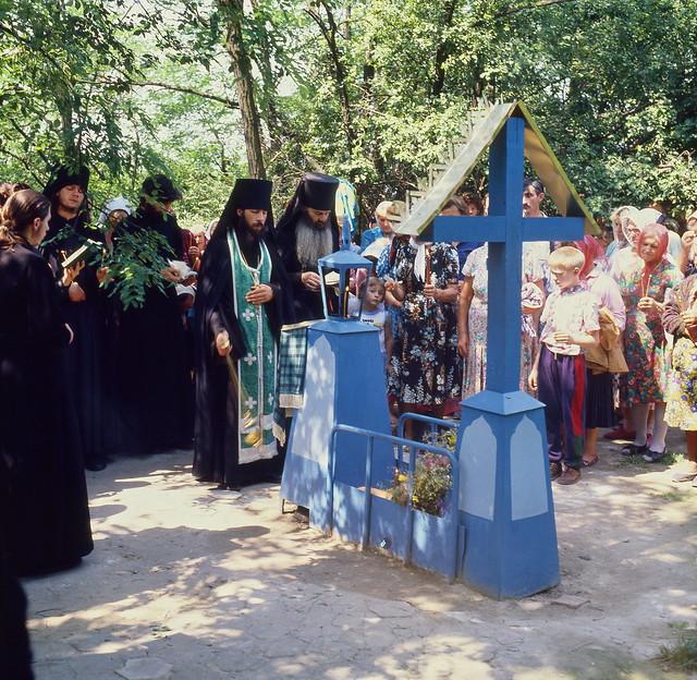 Служение панихиды на могиле преподобного Иоанна Затворника. 1995г.