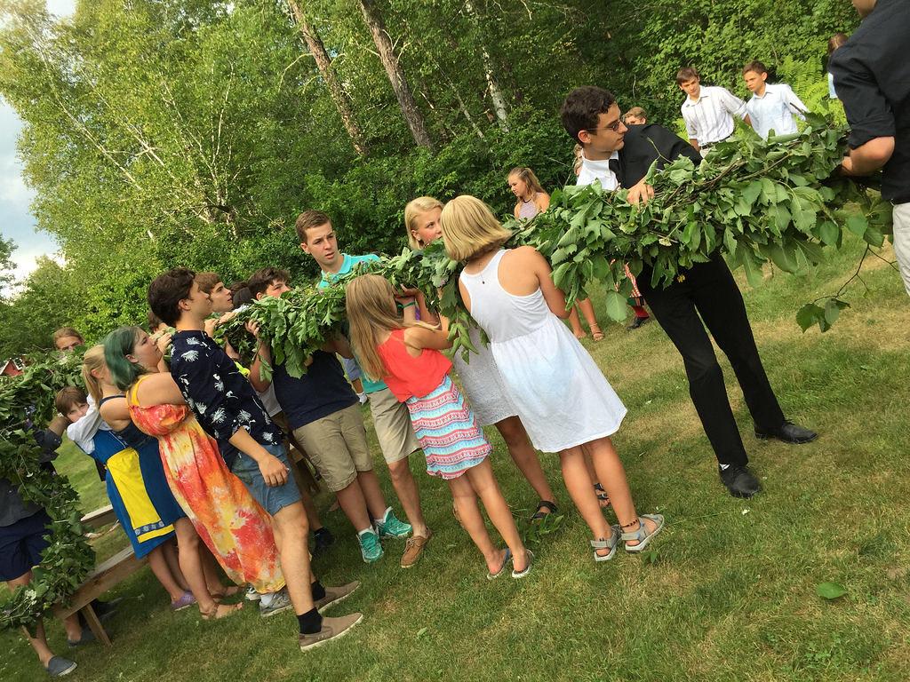 Sjölunden participants raise the maypole