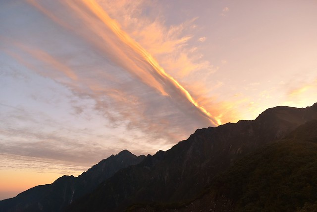 朝焼けの空と剱岳