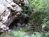 En versant N du col 1209 m : l'entrée de la grotte visitée
