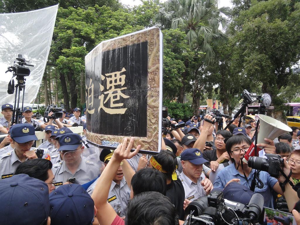 反迫遷團體和警方在現場短暫推擠。(攝影:張智琦)