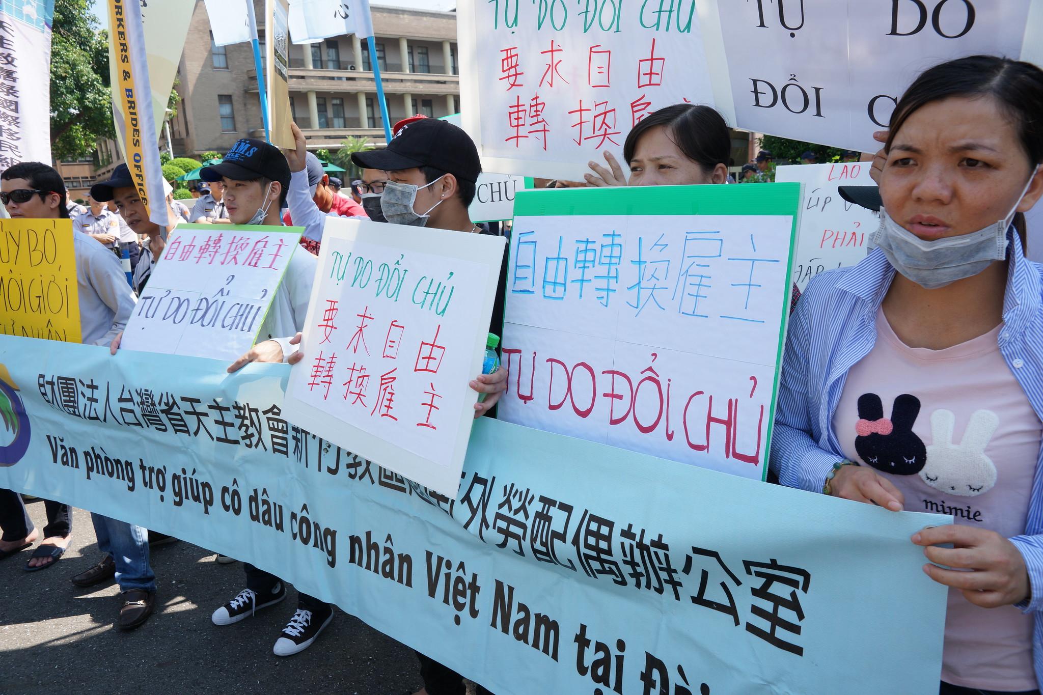 移工团体赴政院唿吁修改《就服法》。(摄影:王颢中)