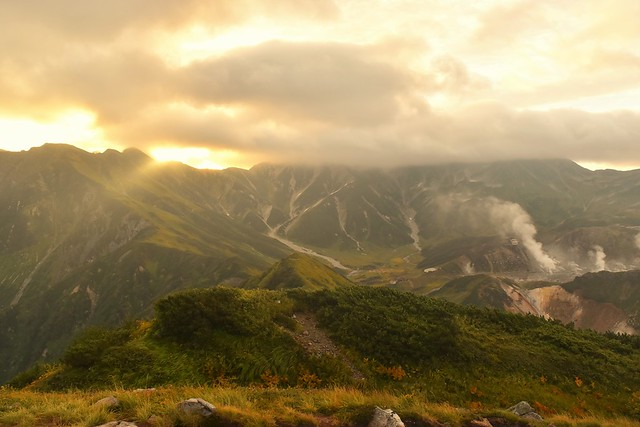 ご来光と雲に包まれる立山連峰