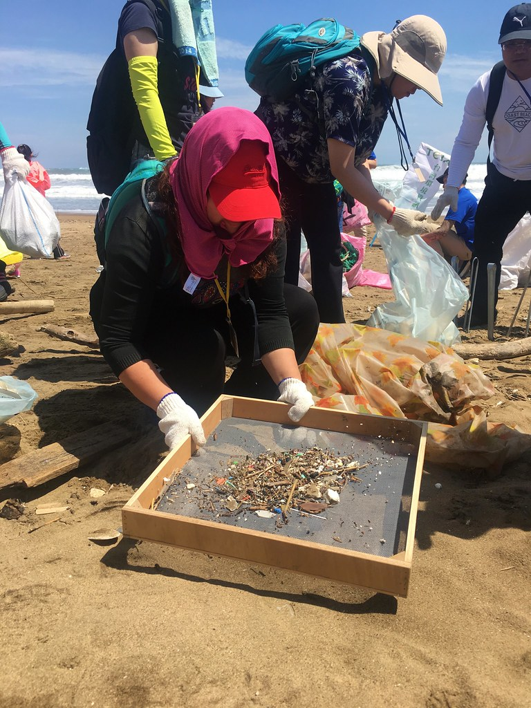 志工注意到沙灘上的塑膠碎片數量比想像得更多。陳宣竹攝。