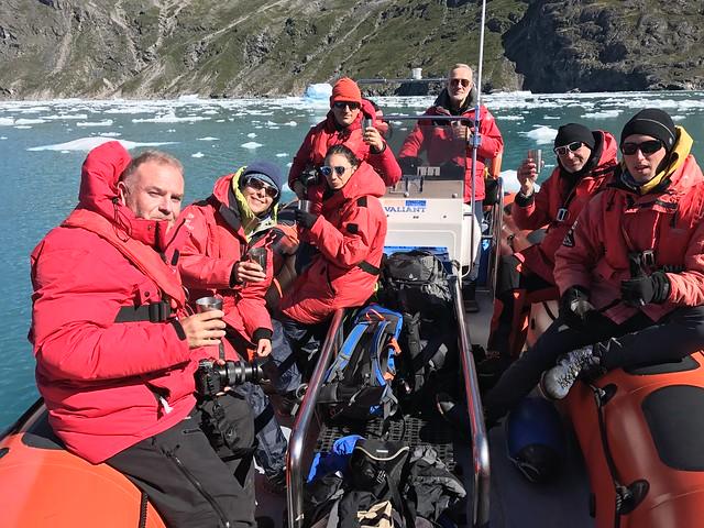 Equipo Tierras Polares en la Zodiak brindando con hielo del glaciar Qooroq (Groenlandia)