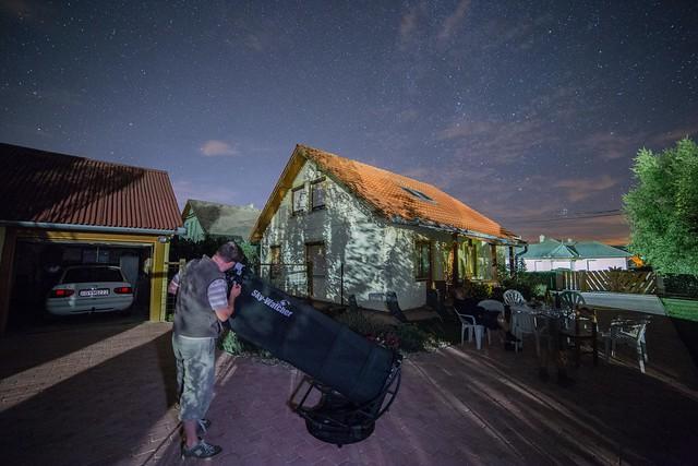 VCSE -- Jandó Attila észleli az M51-et az egervári, Hold és közvilágítás okozta fényszennyezésből -- Ágoston Zsolt felvétele