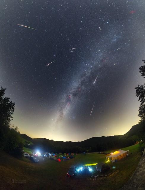 VCSE - Szlovéniai amatőrcsillagász táborozók felett feltűnt Perseida-meteorok. A Nap Csillagászati Képe (APOD) 2017. a