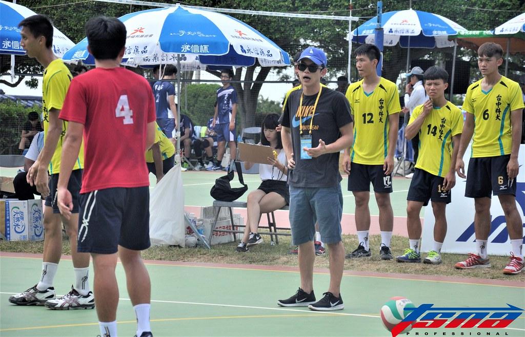 簡偉倫(黑衣)擔任台中科大排球隊教練。(張哲郢/攝)