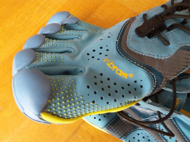 The Vibram® XS-RUN outer sole rubber (blue color) hugs up the fingers in order to protect against impact!