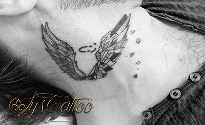 Ailes Geometrie Tatouage Dans Le Cou Homme Ailes D Ange E Flickr