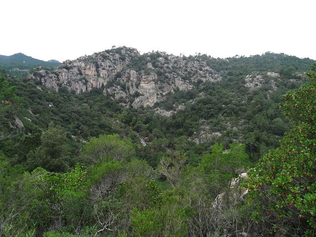 Le Pisciaronu, sa falaise et la cascade de Ranedda