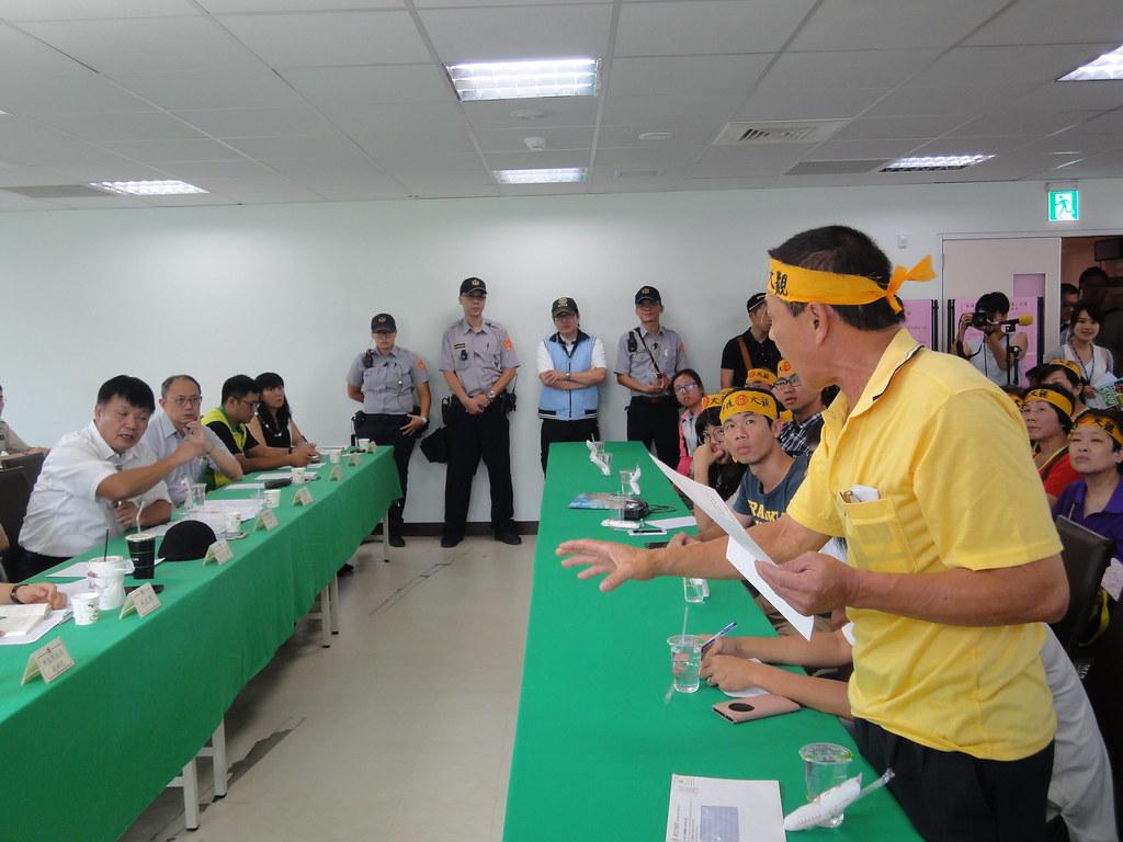 大觀社區居民和退輔會副主委李文忠在說明會上口角。(攝影:張智琦)