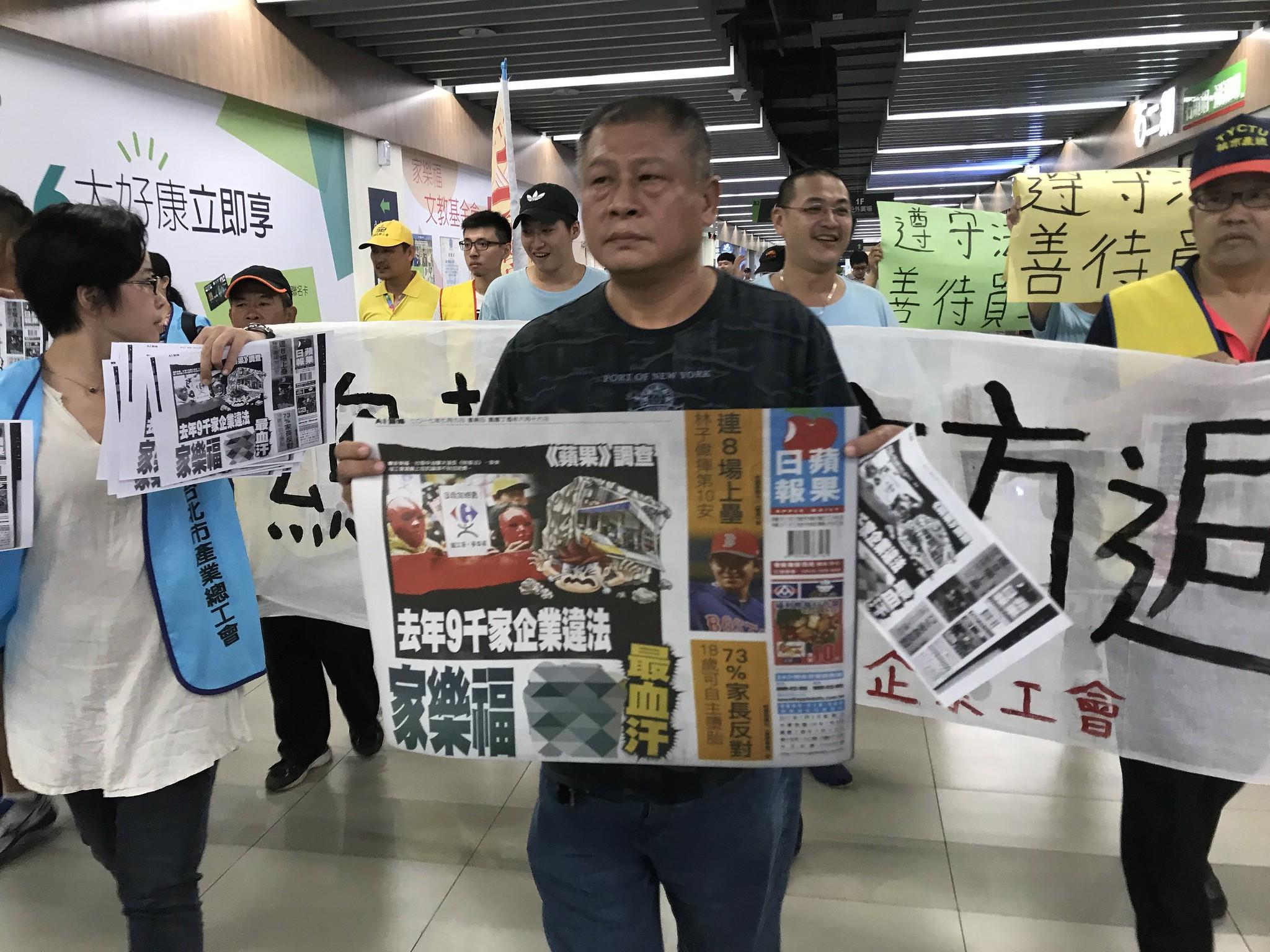 工會在八德店內遊行,家樂福樹林店工會前理事長陳明德也前來聲援。(攝影:張宗坤)