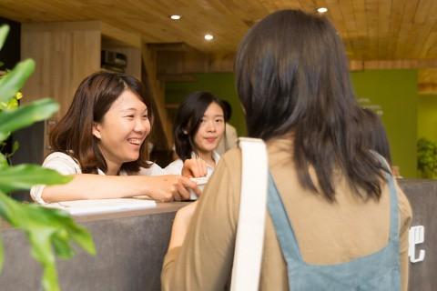 綠藤生機同事向顧客說明產品使用須知。