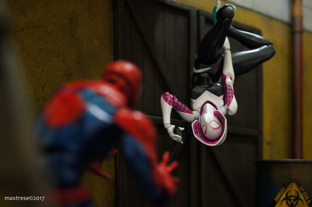 Revoltech Spider-man meets Revoltech Spider-gwen