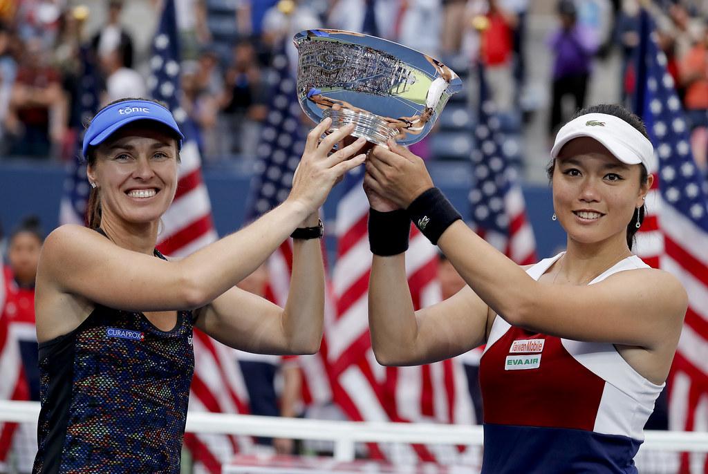 詹詠然(右)與Martina Hingis高捧美網女雙冠軍獎盃。(達志影像)