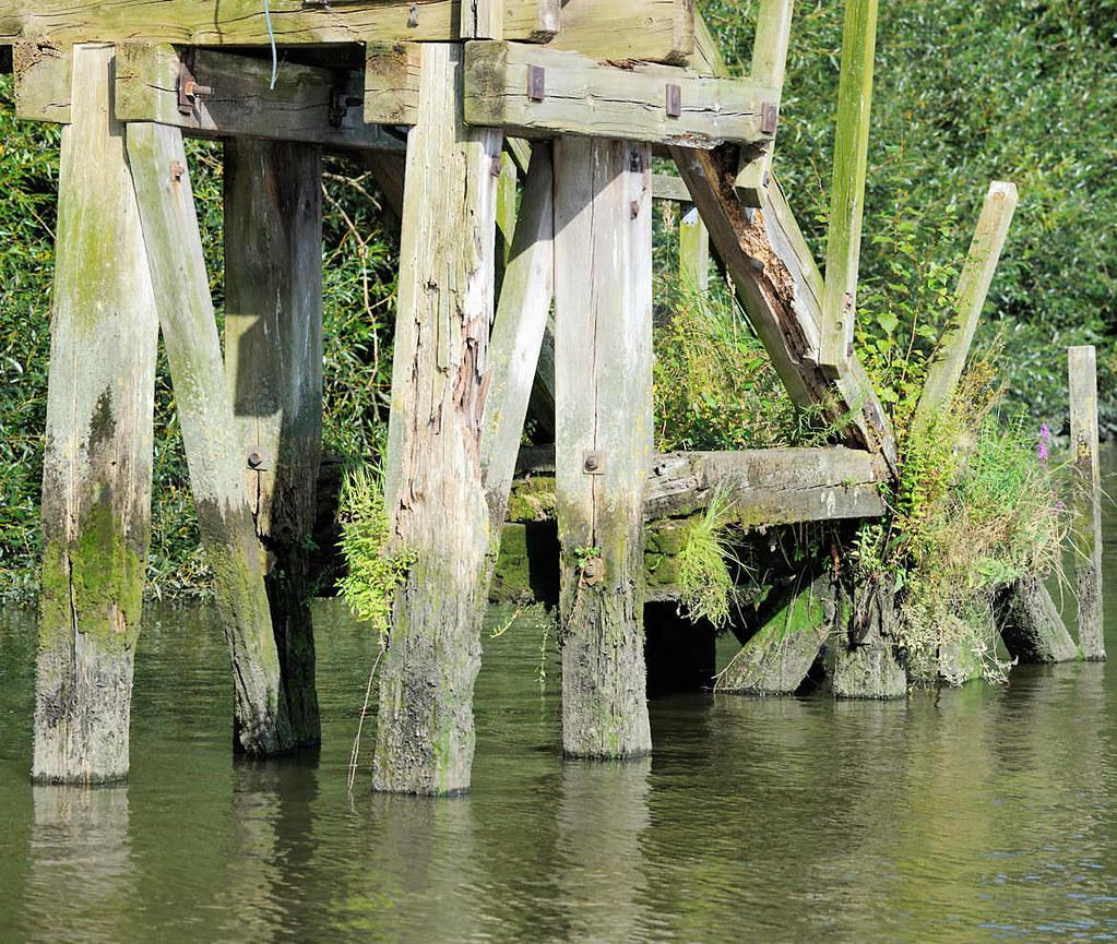 2383 wassertreppe aus holz - prager ufer im moldauhafen, h…   flickr
