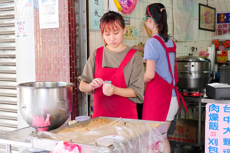 37060663421 458a359b43 c - 忠孝豆花:六十年老台中甜湯 冰花生豆花每碗35元料多傳統好味道!