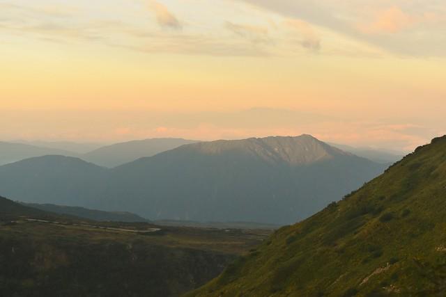 朝焼けに染まる鍬崎山