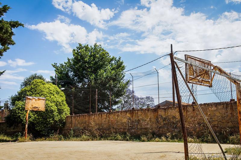 Antigua pista de baloncesto en la Clota