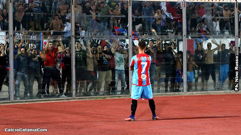 Andrea Russotto posa sotto la Nord dopo il gol segnato al Lecce