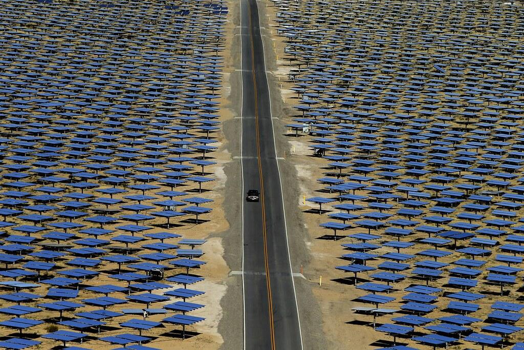 位於沙漠地帶、占地超過五平方英里的太陽能電廠Ivanpah,已成功供電給大型電廠。(圖片來源:Los Angeles Times)