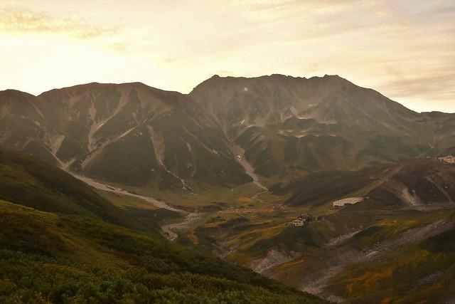 朝焼けの立山と室堂