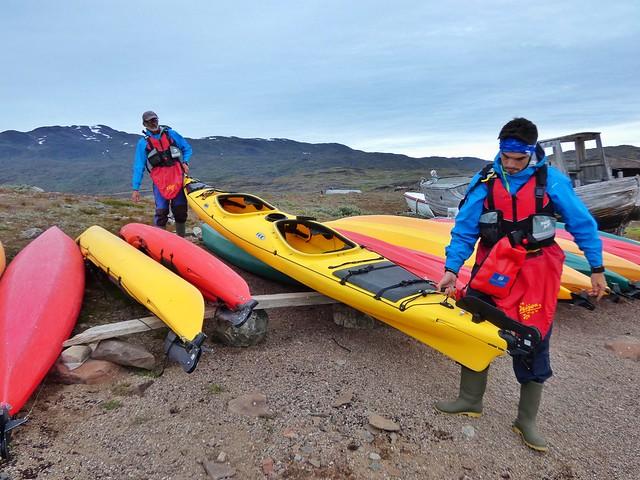 Álvaro Hurtado y Raúl Plaza llevando un kayak a la orilla (Tasiusaq, Groenlandia)