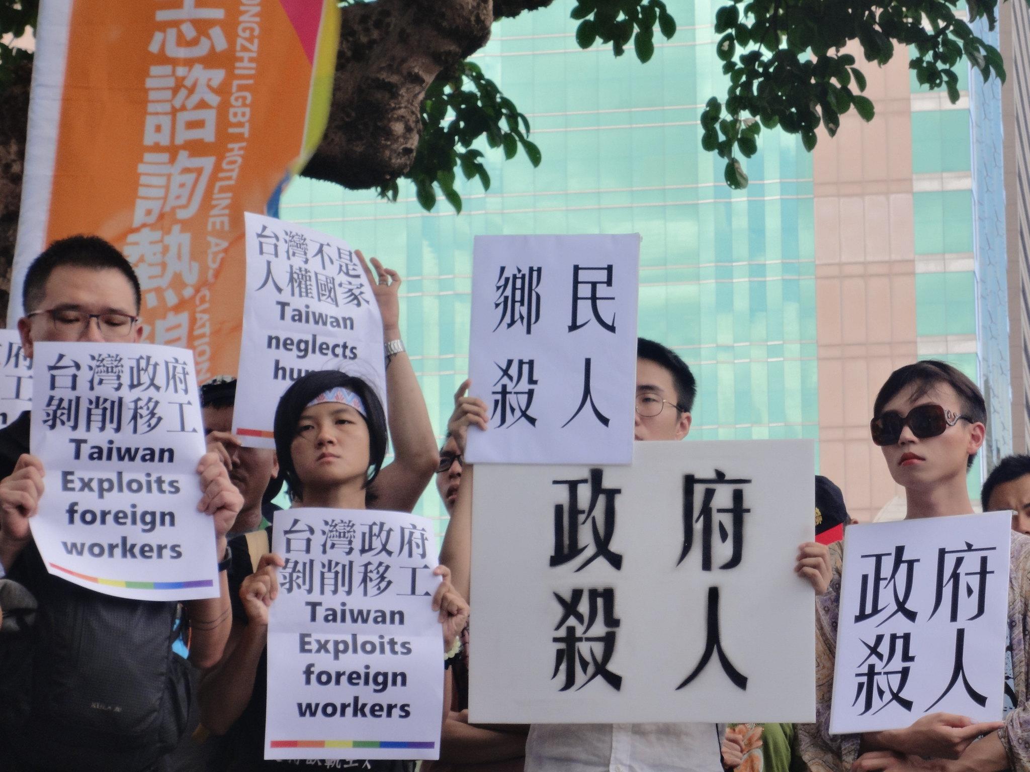 同志團體聲援越勞,批評網路鄉民非理性謾罵和政府剝削移工。(攝影:張智琦)