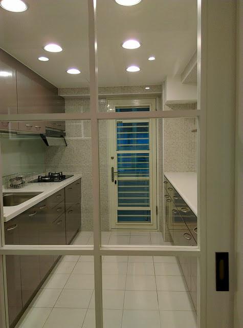 廚房是家裡熱源的來源,開啟空調時,可將其隔離在非冷房的空間中。