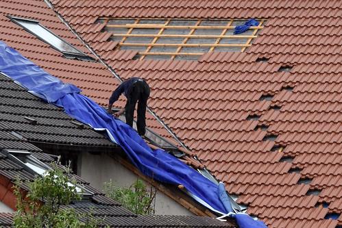 Dachdecker, Helden der Arbeit ... Ein Dach wird neu gedeckt ... Mannheim-Seckenheim --- Foto: Brigitte Stolle