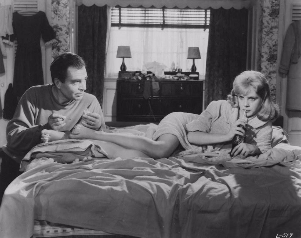 在《羅莉塔》(Lolita)中,12歲少女羅莉塔的青春胴體深深吸引了英國教授亨伯特。在電影改編作品中,少女年齡被提高為15歲。(電影劇照)