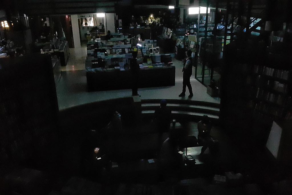815全台大停電時,台中中友誠品現場。許震唐攝。