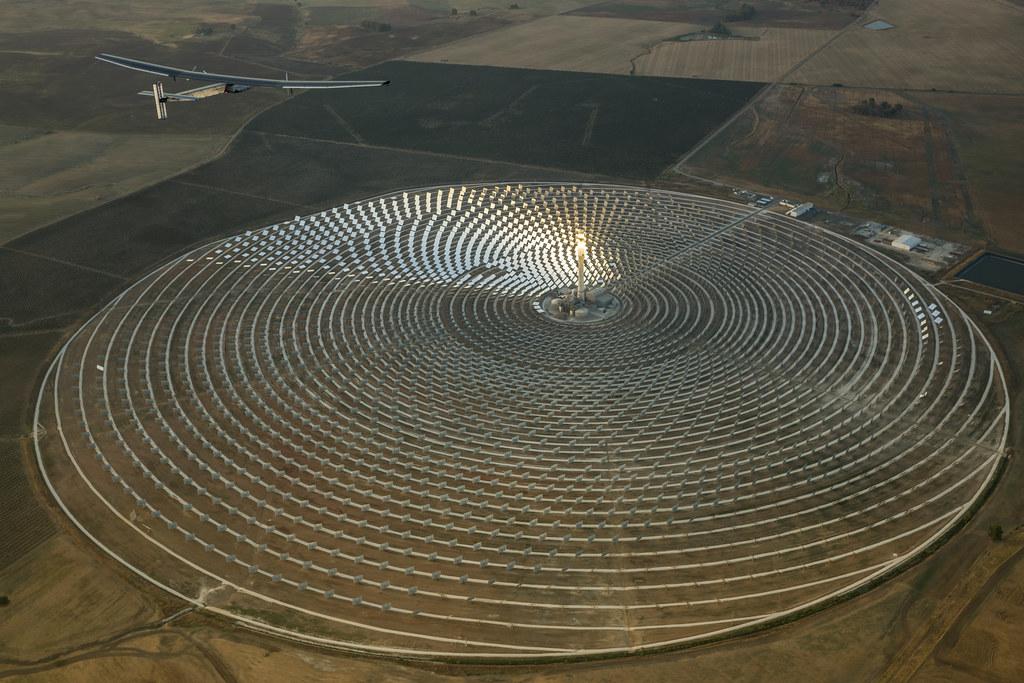 西班牙Gemasolar電廠是全世界第一座連續24小時運轉的太陽能發電廠。圖片來源:Solar Impulse(CC BY-NC-SA 2.0)