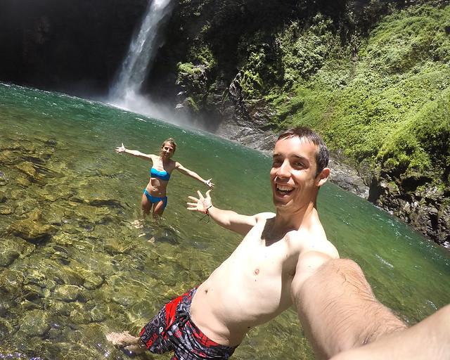 Bañándonos en la cascada Tappiya junto a los arrozales de Batad