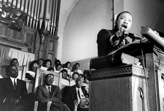 Marthin Luther King Jr. predicando en Ebenezer Baptist Church, iglesia donde dio su primer sermón. Las comunidades cristianas afroamericanas jugaron un papel clave en la lucha por los derechos civiles. Ejemplo claro de cómo la fe puede fomentar valores positivos a gran escala.