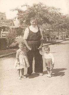 Baptista Bel amb els seus néts, Rosa i Ignasi Calderé.
