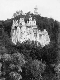 Древняя святыня обители— храм святителя Николая на меловой скале, принявшей внутрь себя на 17 лет пещерного затвора преподобного Иоанна