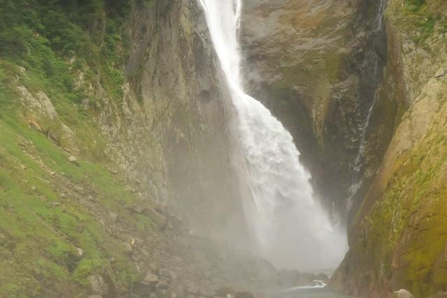 豪快な称名滝と滝つぼ
