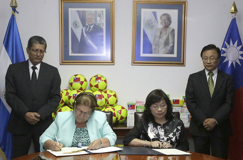 Primera Dama recibe donativo de Fundación Help To Care | by Fotos Presidencia El Salvador