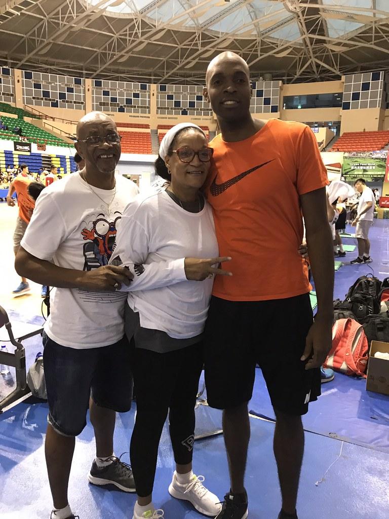 戴維斯(Quincy Davis)(右)與父母一起到花蓮觀賞觀護盃賽事。(鍾亞芳/攝)
