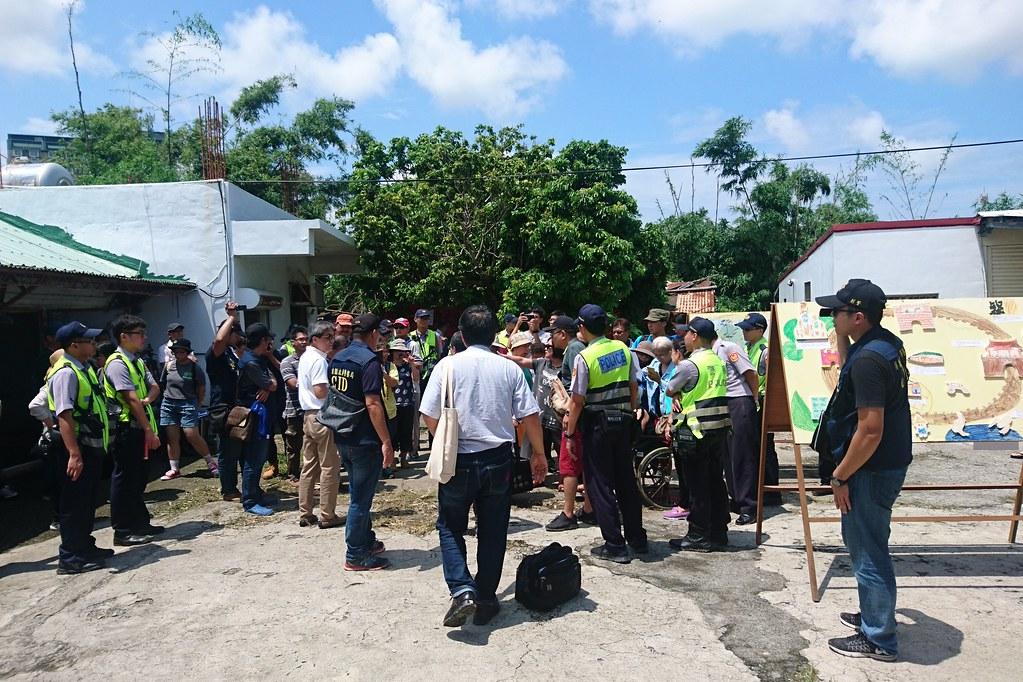 反對竹塹列入文資的地主和部分張家所有權人到場抗議,場面混亂。攝影:李育琴。