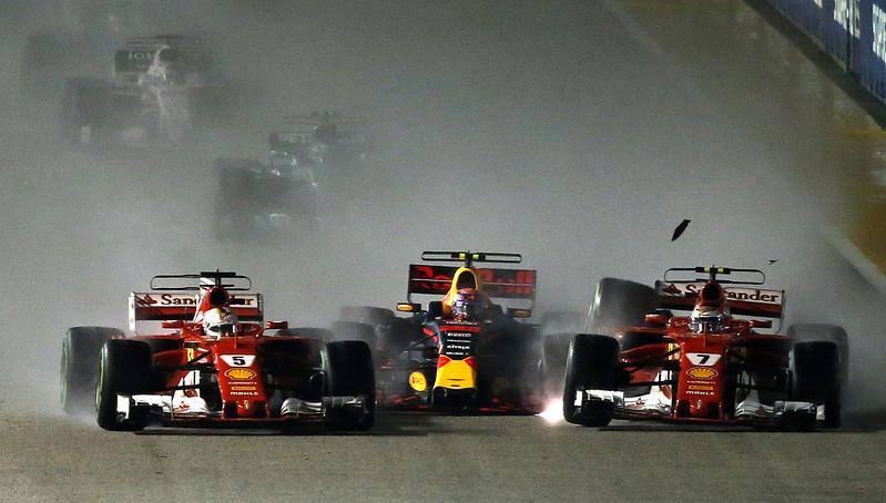 2017年新加坡站Sebastian Vettel(左)發生撞車意外。(達志影像資料照)