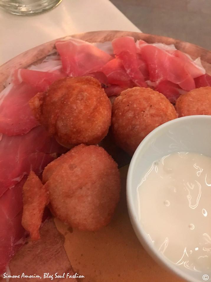 Maravilhosa a nossa entrada na Osteria Del Grigio. Essa bolinha frita chama-se coccole servida com presunto toscano e queijo.